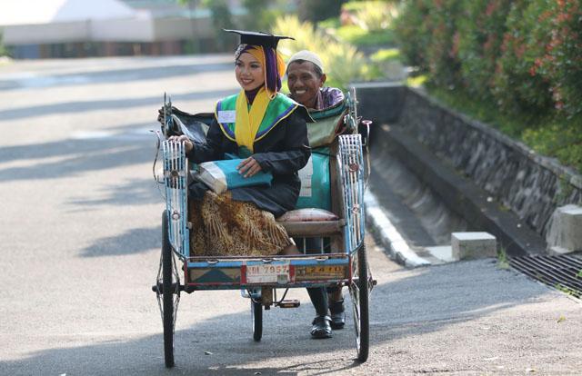 Wisudawan Ber-IPK 3,96 Itu Diantar Ayahnya dengan Becak