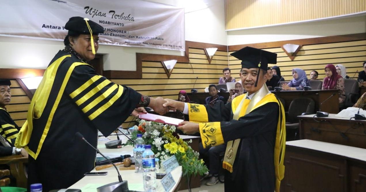 Teliti Guru Honorer, Ngabiyanto Raih Doktor Studi Pembangunan