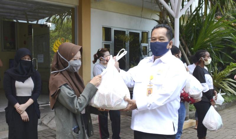 Rektor UNNES Melakukan Monitoring dan Bagikan Sembako Untuk Mahasiswa yang Masih Tinggal di Asrama