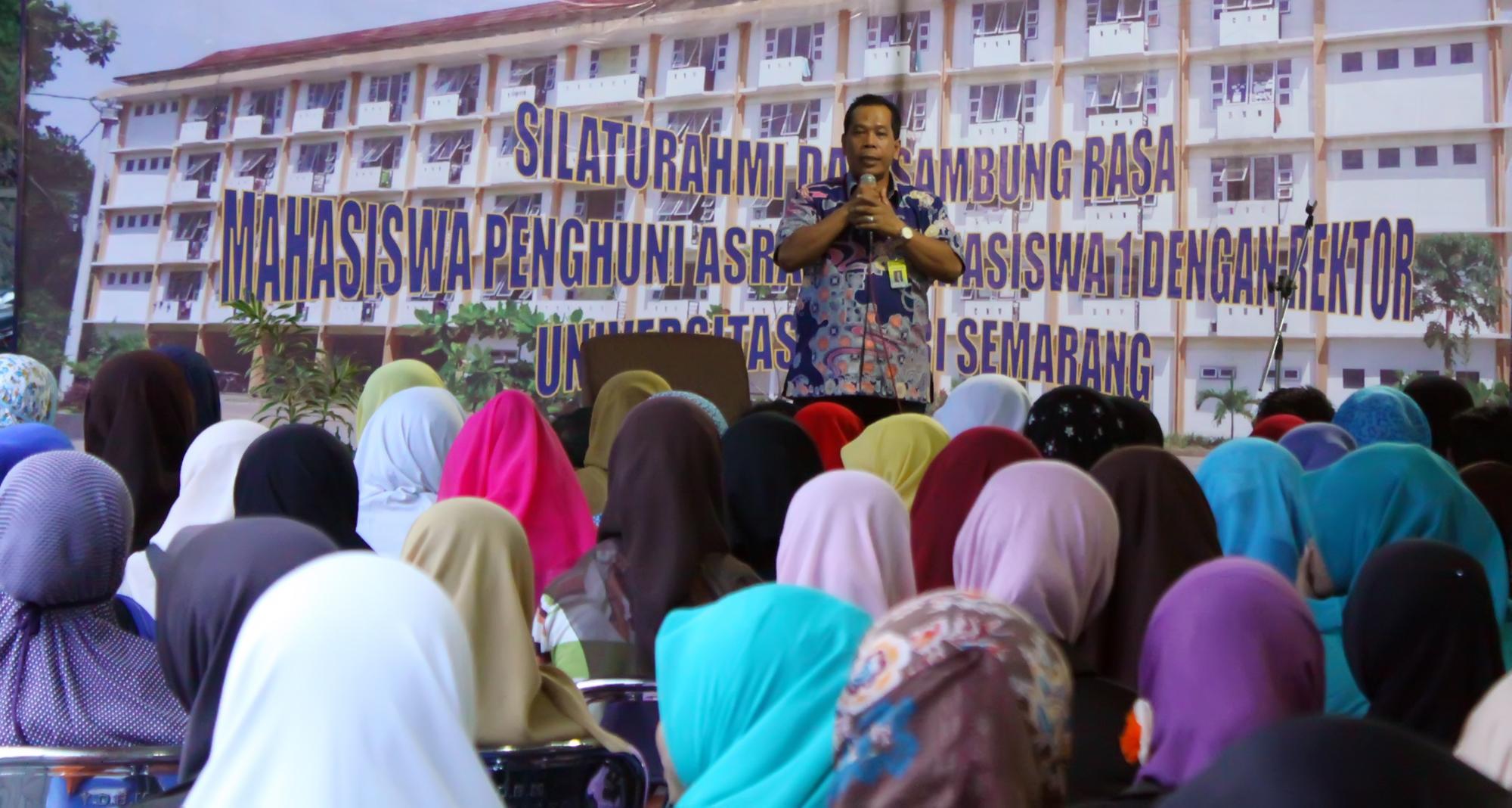 Penghuni Rusunawa Curhat pada Rektor