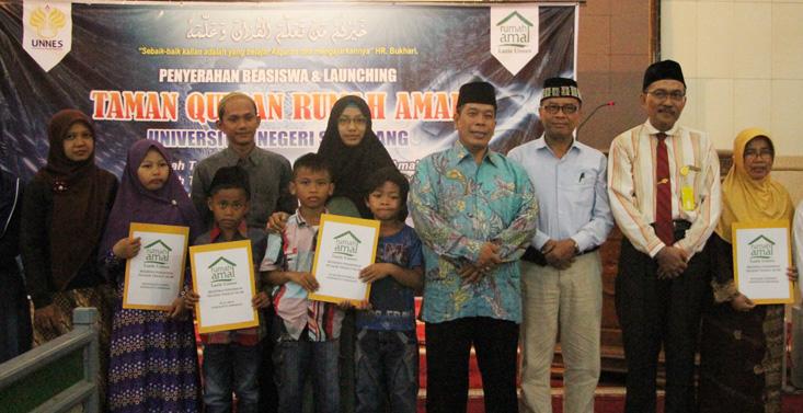 Penyerahan Beasiswa dan Launching Taman Quran Rumah Amal UNNES