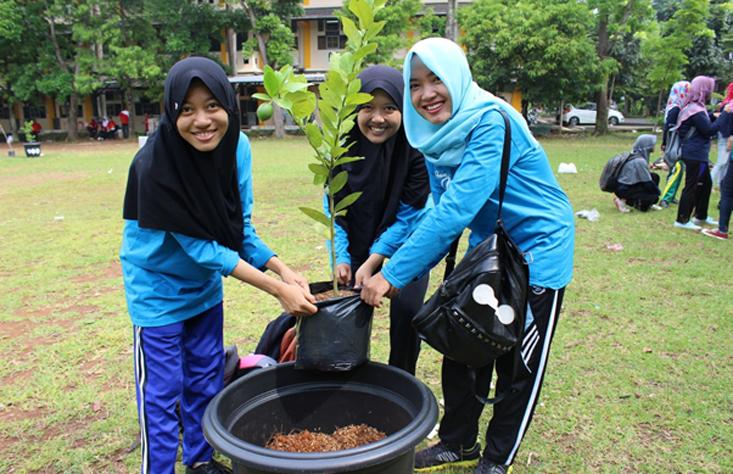 Hijaukan Kampus, Mahasiswa FIS Tanam Buah dalam Pot