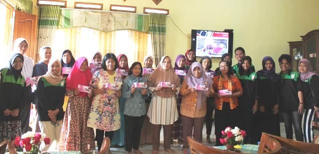 Mahasiswa UNNES Ajak Ibu-Ibu  PKK Membuat Inovasi Teh Dari Bunga Mawar