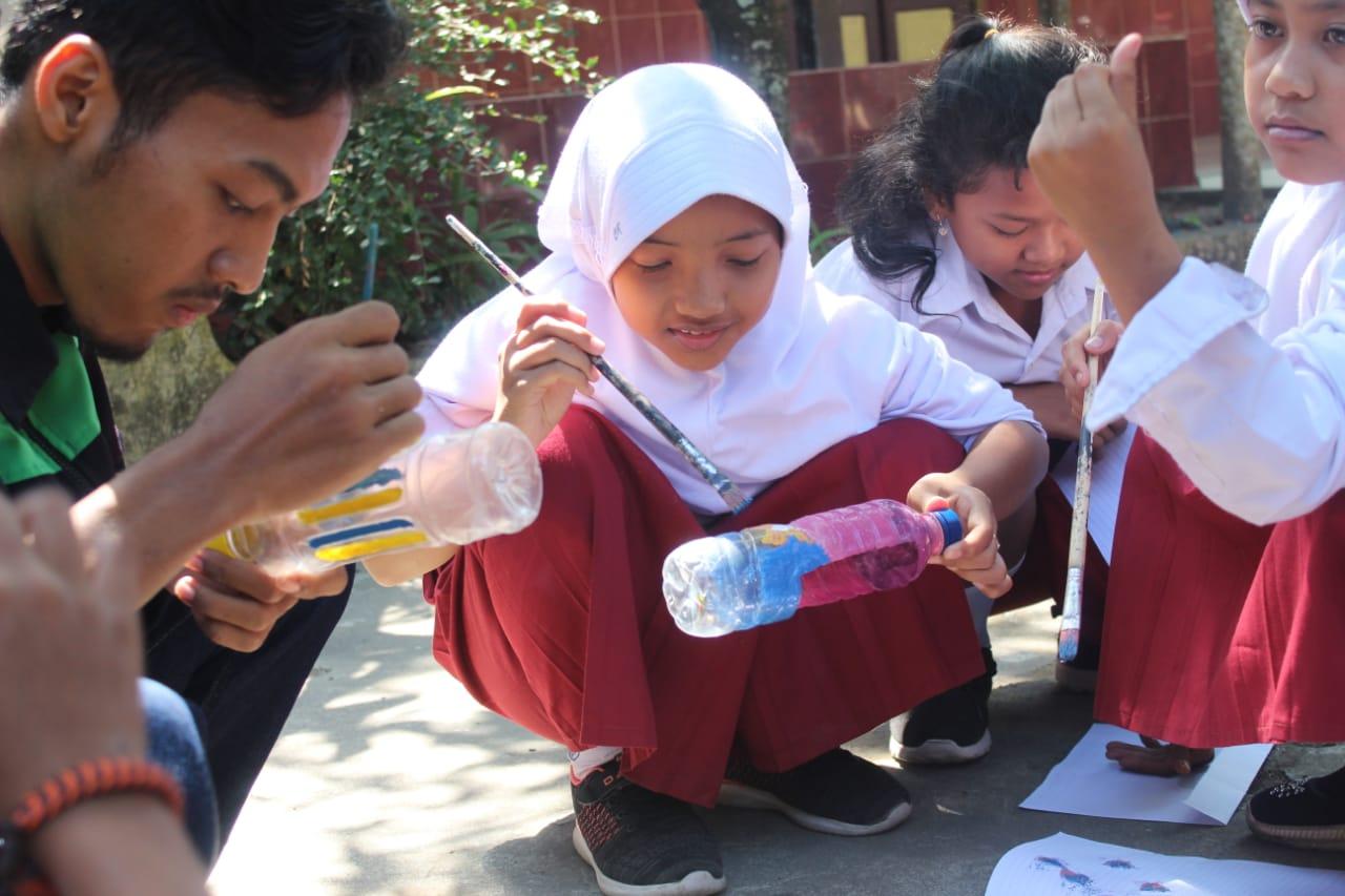 Kurangi Sampah Plastik di Bulan, Mahasiswa KKN  Ajak Siswa Ubah Botol