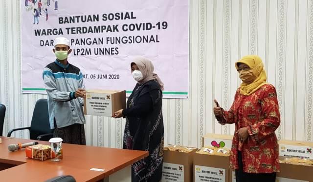 PUI Pangan Fungsional LP2M UNNES Pada Kegiatan Penyerahan Bantuan Sosial  Peduli Covid-19