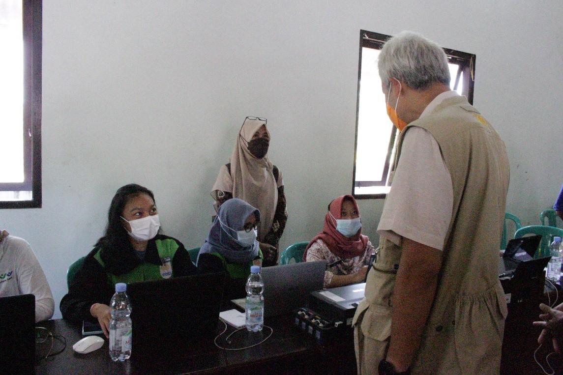 Mahasiswa MBKM UNNES Bertemu Gubernur Jawa Tengah saat Dampingi Vaksinasi Massal di Karimunjawa