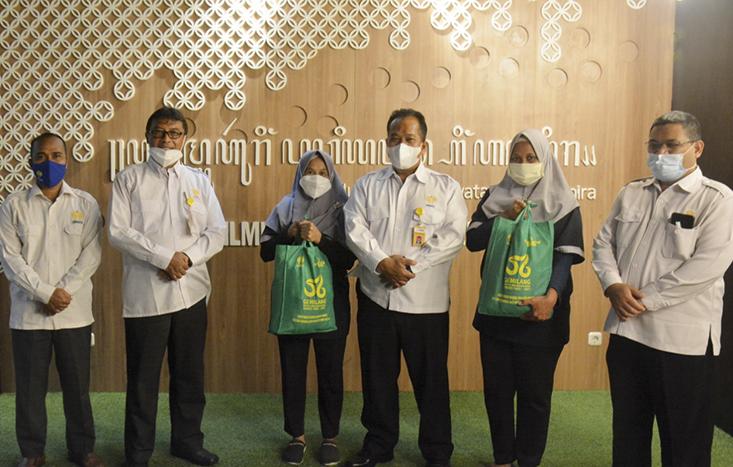Rumah Amal UNNES Serahkan Paket Bantuan untuk Petugas Kebersihan Parkir dan Keamanan