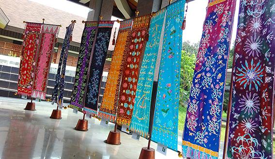 Besok, Dosen dan Karyawan Diwajibkan Mengenakan Busana Batik Nusantara