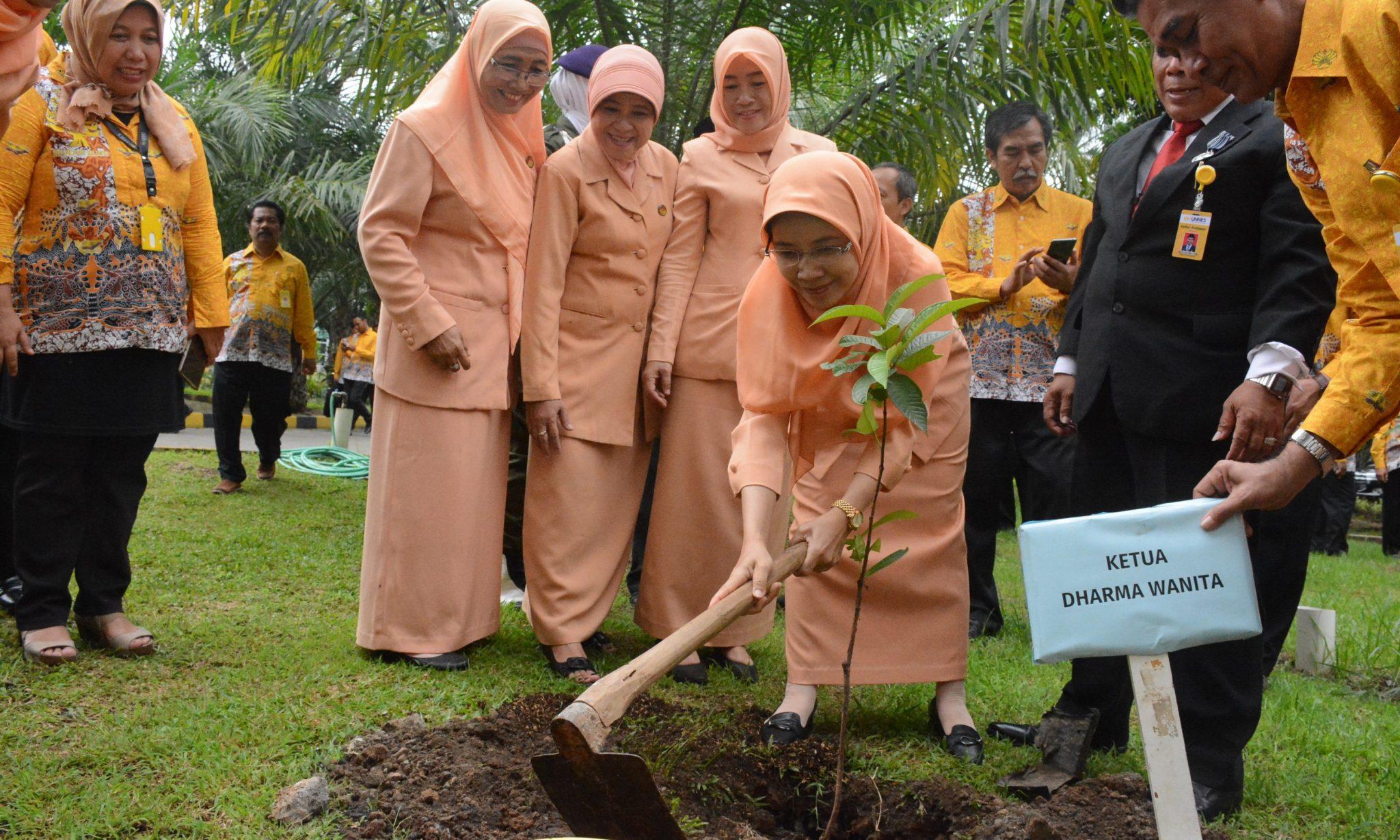 Peringatan Hari Ibu, Dharma Wanita UNNES Menanam Pohon