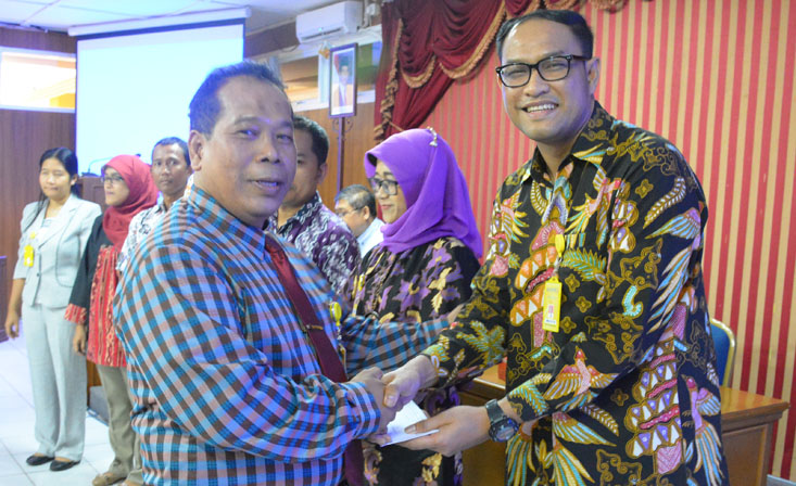 Rektor Serahkan 37 SK Jabatan dan Pangkat