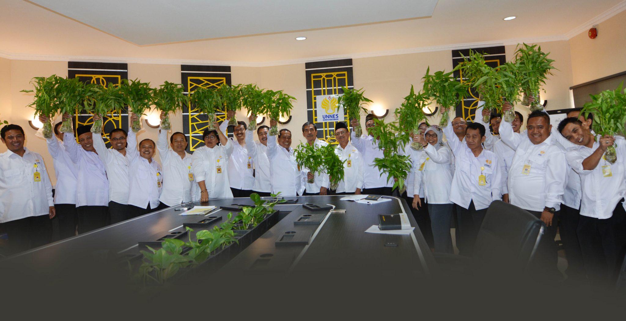 Rumah Hidroponik Ecofarm UNNES Panen Perdana Kangkung