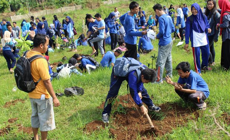 Tanamkan Rasa Cinta Lingkungan, 900 Mahasiswa FE Lakukan Penanaman di Mangunsari