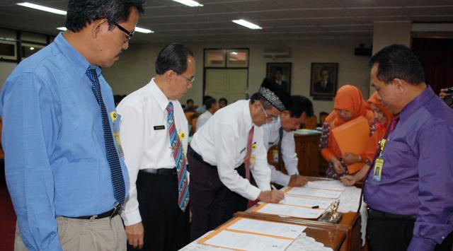Tingkatkan Kinerja, 24 Pejabat Unnes Teken Pakta Integritas