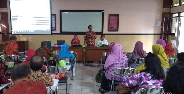 Dosen UNNES Latih Guru Menulis Buku