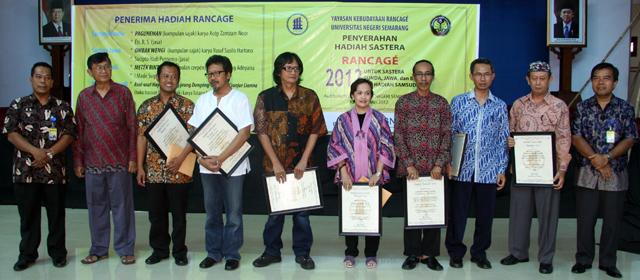 Hadiah Sastra Daerah Rancage Diserahkan
