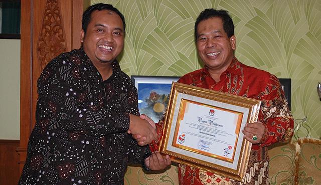Unnes Dapat Penghargaan Pendidikan Demokrasi Dari KPU