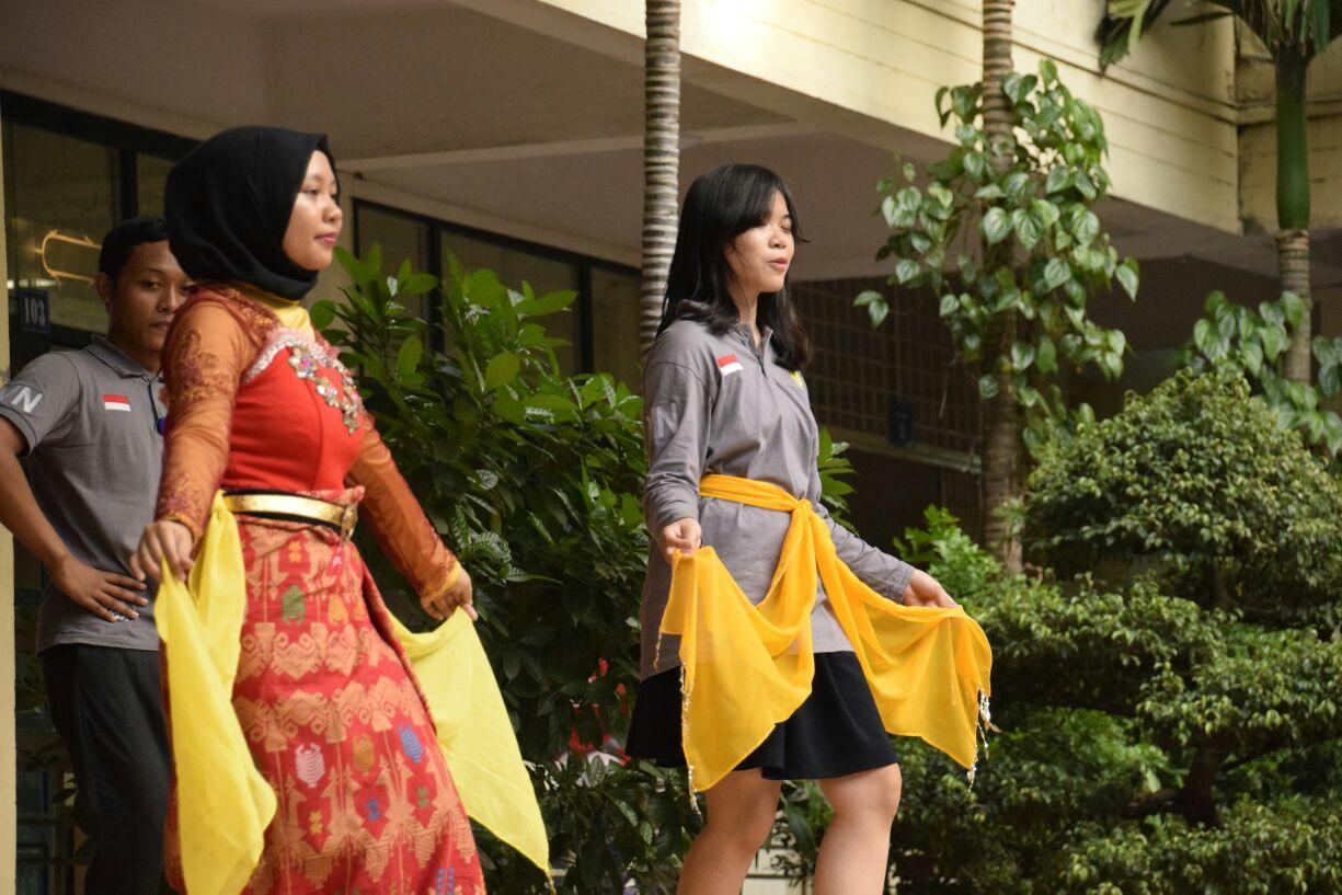 """Mahasiswa UNNES Ajarkan """"Denok Semarang"""" di Vietnam"""