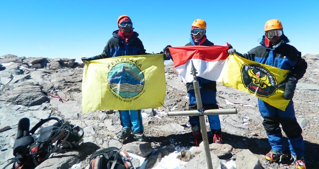 Badai, Mahapala Unnes Kibarkan Merah-Putih di Puncak Aconcagua