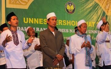 Ribuan Mahasiswa Kumandangkan Sholawat