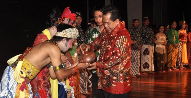 Rektor Melantik Pengurus Baru UKM Kesenian Jawa