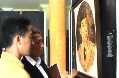 Rizal Visualkan Pahlawan Lewat Serutan Kayu