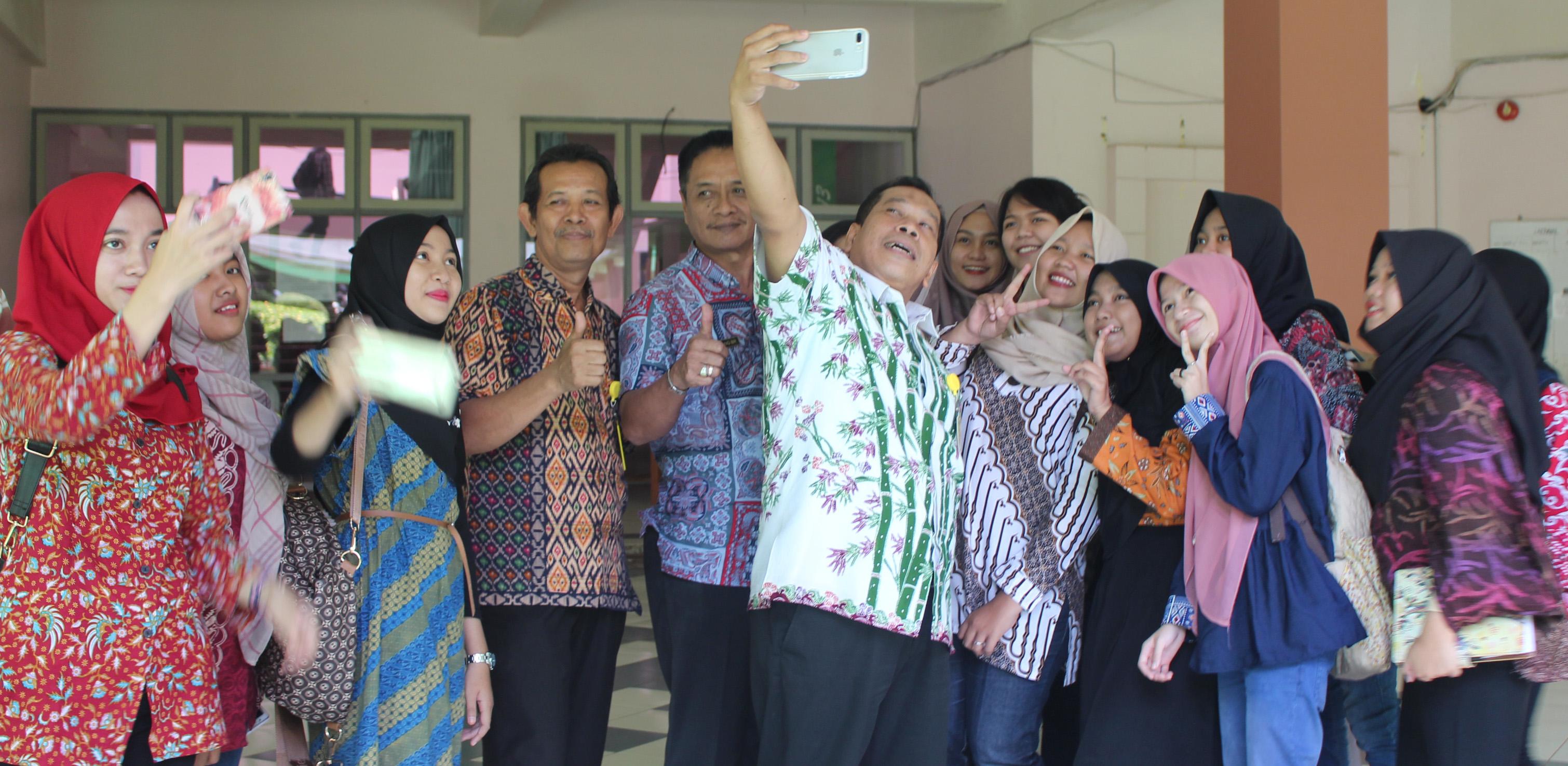 Berbusana Batik, Mahasiswa Ajak Selfie Pimpinan UNNES