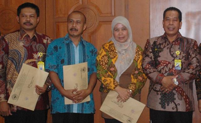 Rektor Serahkan SK Tiga Profesor