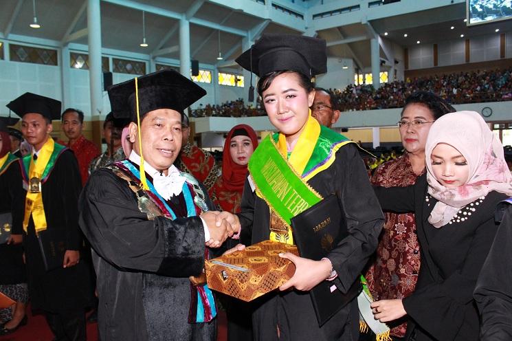 Yunike, Wisudawan Terbaik FIS UNNES dan Lulusan Perdana Prodi PIPS