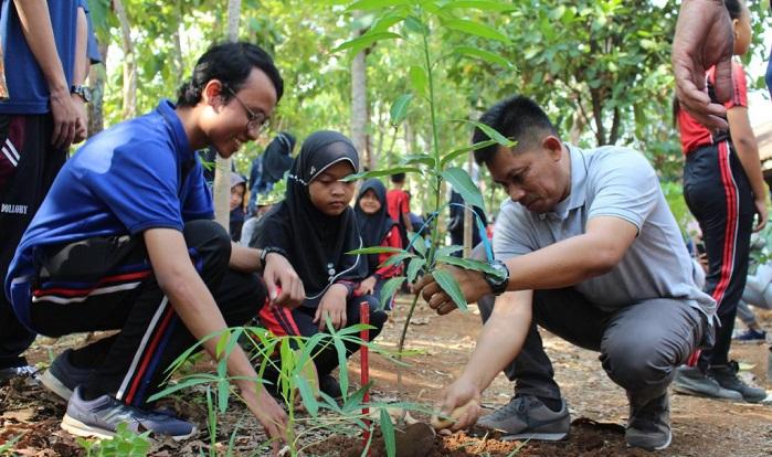 Turut Hijaukan Semarang, Mahasiswa UNNES Tanam Seribu Pohon