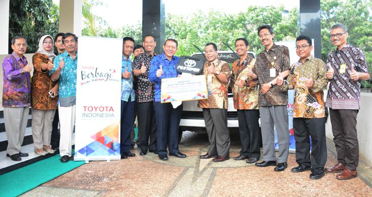 Toyota Indonesia Serahkan Fortuner untuk UNNES