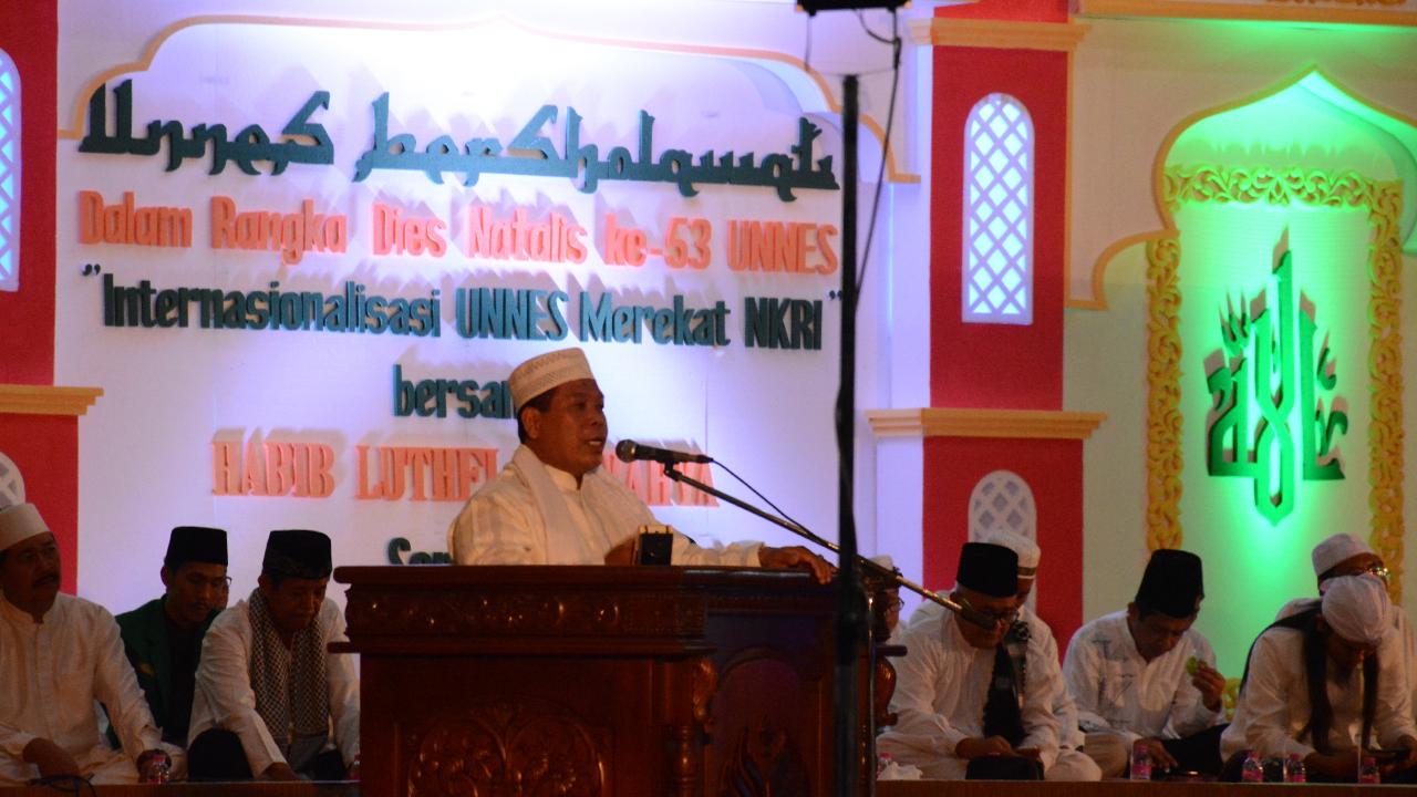 Rekatkan NKRI, UNNES dan Ribuan Jemaah Gemakan Salawat