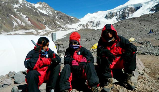 Diketinggian 4.910 mdpl, Tim Diterjang Hujan Salju dan Angin Kencang