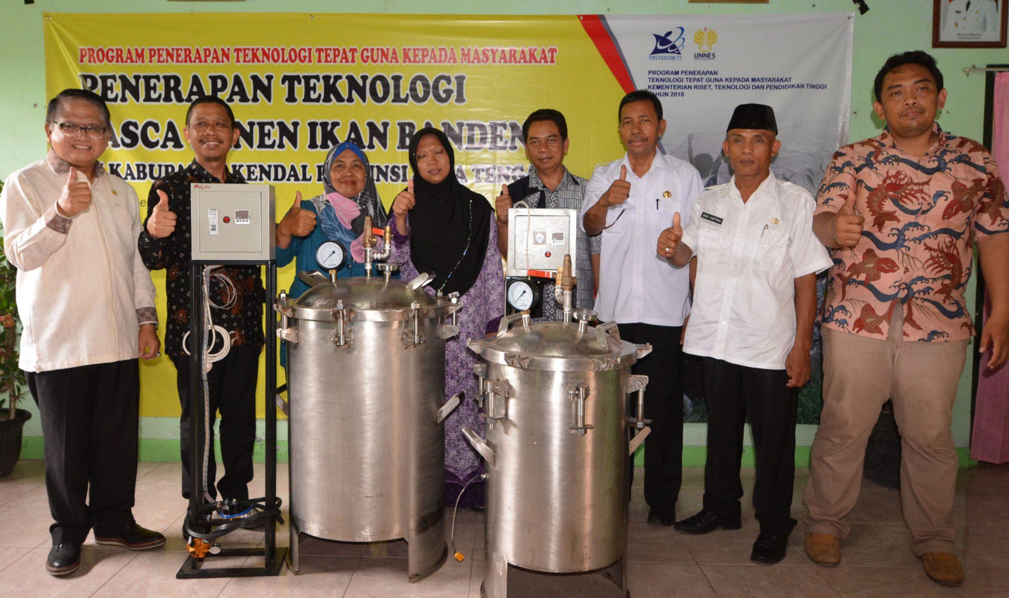 Tim Pengabdian Masyarakat UNNES Hibahkan Alat Presto Bandeng