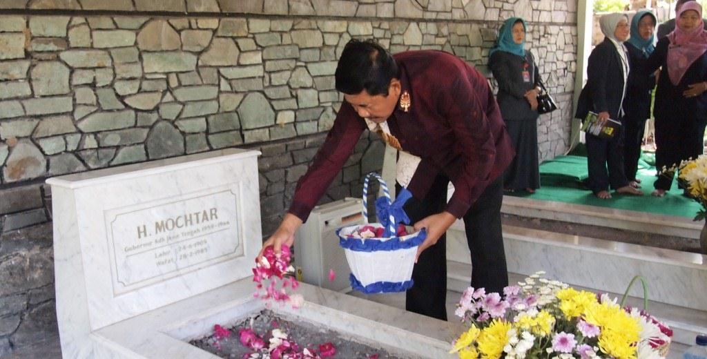 Rektor Pimpin Ziarah ke Makam Perintis Unnes